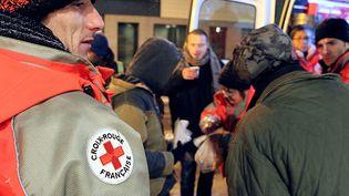 Le Samu social de Paris apporte des boissons chaudes à des personnes sans-abris, à Reims (Marne), le 7 février 2012. (FRANCOIS NASCIMBENI / AFP)