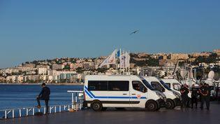 Des policiers sur la promenade des Anglais, à Nice, le 16 juillet 2016. (IRINA KALASHNIKOVA / AFP)
