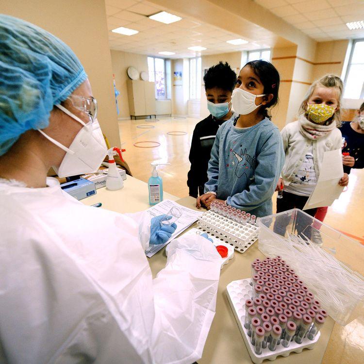 Des enfants participent à une campagne de tests salivaires, le 30 mars 2021, à Neuville-sur-Saône, dans la métropole de Lyon. (MAXPPP)