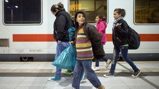 Des migrants arrivent à la gare de Cologne (Allemagne), en provenance de Salzbourg (Autriche), le 22 septembre 2015. (FEDERICO GAMBARINI / DPA / AFP)