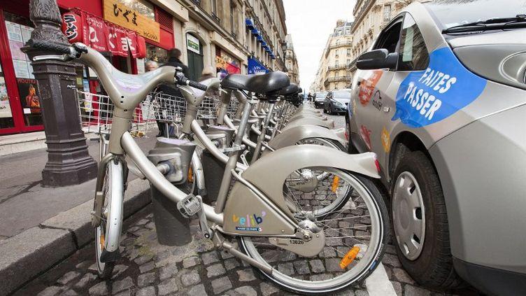 Des Vélib' et une Autolib' à Paris, le 11 février 2012. (STEPHANE OUZOUNOFF / AFP)