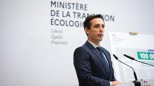 Jean-Baptiste Djebbari, ministre délégué auprès de la ministre de la Transition écologique, chargé des Transports, au ministère, à Paris, le 12 octobre 2020. (LOUISE MERESSE / SIPA)