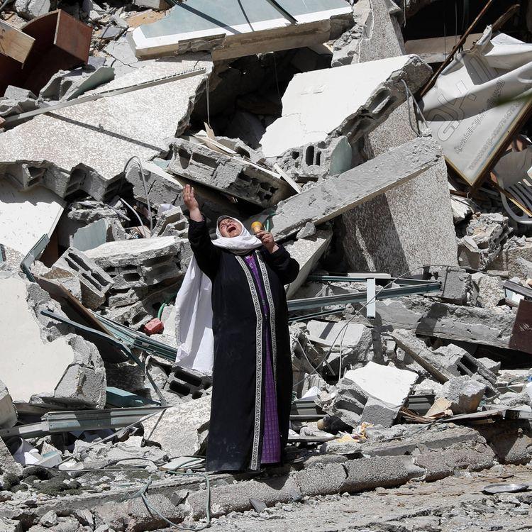 Une femme se tient devant l'immeuble détruit qui abritait les médias AP et Al-Jazeera, à Gaza, le 16 mai 2021. (ADEL HANA / AP / SIPA)