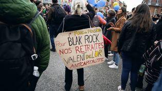 Une manifestante contre la réforme des retraites, le 17 décembre 2019, à Toulouse. (VALENTIN BELLEVILLE / HANS LUCAS / AFP)