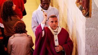 L'archevêque de Rouen, Dominique Lebrun, bénit l'église de Saint-Etienne-du-Rouvray (Seine-Maritime), le 2 octobre 2016. (CHARLY TRIBALLEAU / AFP)