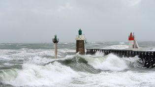 Des vagues sur le littoral à Capbreton (Landes) lors d'une tempête, le 5 février 2017. (MAXPPP)