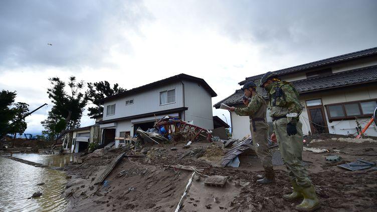 Des soldats patrouillent dans une zone sinistrée par le passage du typhon Hagibis, le 15 octobre 2019 à Nagano. (KAZUHIRO NOGI / AFP)