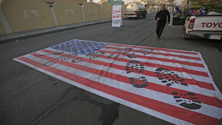 Un drapeau américain disposé sur une route de Bagdad (Irak) après l'annonce de la mort du général iranien Qassem Soleimani, vendredi 3 janvier 2020. (AHMAD AL-RUBAYE / AFP)
