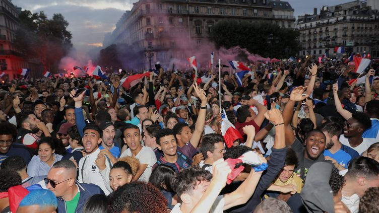 Ambiance à Paris, devant un écran géant sur la place de l'Hôtel de Ville, pour la demi-finale du Mondial 2018 France-Belgique (FREDERIC DUGIT / MAXPPP)