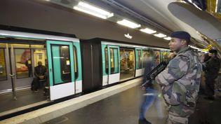 Dans le métro parisien, le 17 novembre 2015. (JOEL SAGET / AFP)