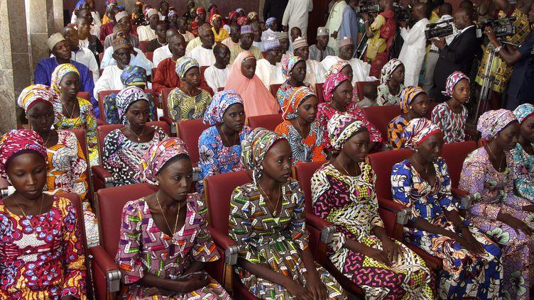 Des lycéennes de Chibok (Nigéria), libérées de Boko Haram, lors d'une rencontre avec le président nigérian à Abuja, le 19 octobre 2016. (PHILIP OJISUA / AFP)