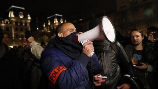 Des policiers manifestent à Paris, le 21 octobre 2016. (THOMAS SAMSON / AFP)