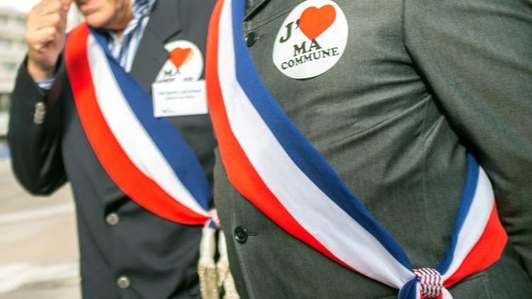 Maires français avec leur écharpe tricolore. (BRUNO LEVESQUE / MAXPPP)