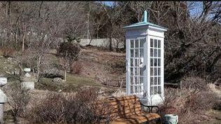 Japon : à Fukushima, une cabine téléphonique pour parler aux morts (Capture d'écran franceinfo)