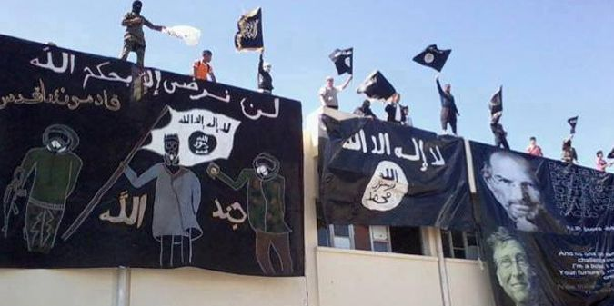Jendouba (Tunisie), le 21 avril 2015. Fête de fin d'examens avec drapeaux du djihad. (Businessnews.com)