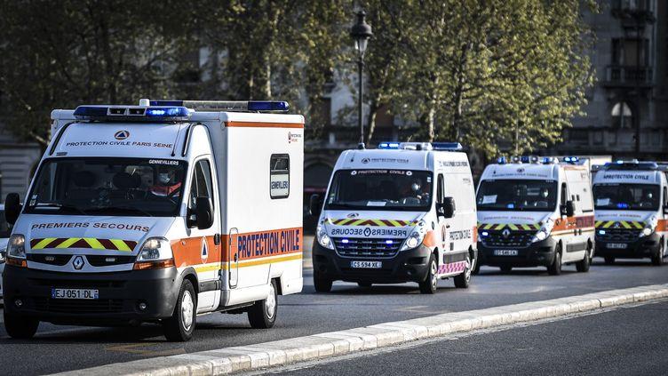 Un convoi d'ambulance dans les rues de Paris, vendredi 10 avril 2020. (STEPHANE DE SAKUTIN / AFP)