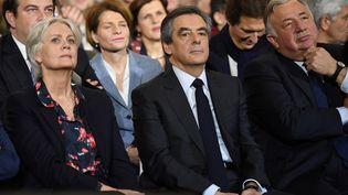 François et Penelope Fillon sont entourés des soutiens du candidat, notament Gérard Larcher et Thierry Solère, lors d'un meeting le 29 janvier 2017 à Paris. (ERIC FEFERBERG / AFP)