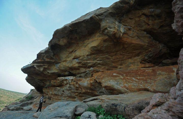Les parois des falaises de Laas Geel et leurspeintures rupestres rouges, blanches et ocre tracées par les hommes du néolithique.  (MOHAMED ABDIWAHAB / AFP)