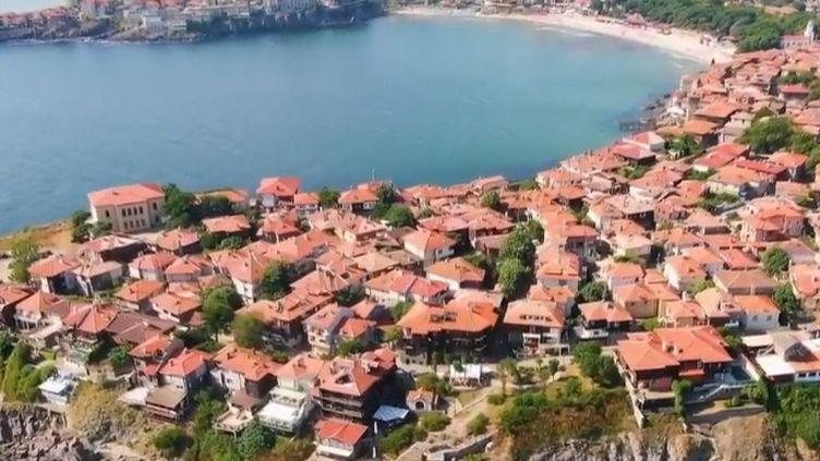 La Bulgarie est une destination de vacances bon marché en Europe. Le pays le plus pauvre de l'Union européenne se démène pour attirer les touristes sur ses côtes, au bord de la mer Noire. (FRANCE 2)