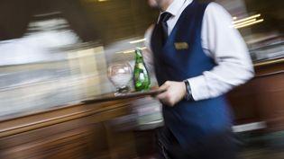 Un serveur dans une brasserie de Paris, le 11 avril 2013. (FRED DUFOUR / AFP)
