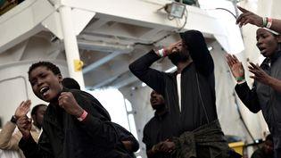 """Des migrants de l'""""Aquarius"""" arrivent au port de Valence (Espagne), le 16 juin 2018. (SOS MEDITERRANEE / REUTERS)"""