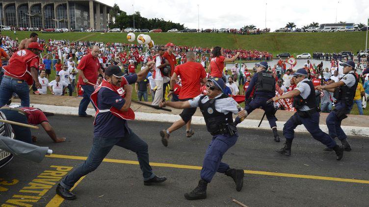 Quelque 2000 manifestants selon la police (6000 selon les syndicalistes) ont essayé d'entrer dans le Parlement de Brasilia le 7 avril 2015. (REUTERS)