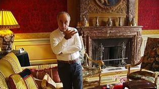 Ziad Takieddine dans le salon de son hôtel particulier, à Paris, en octobre 2011. (BENOIT ZAGDOUN - FTVi / AMAURY GUIBERT ET ZIDENE BERKOUS - FRANCE 2)