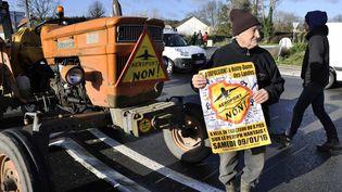 Des opposants au projet d'aéroport de Notre-Dame-des-Landes bloquent une route, le 12 janvier 2016, à Châteaubriant(Loire-Atlantique). (MAXPPP)