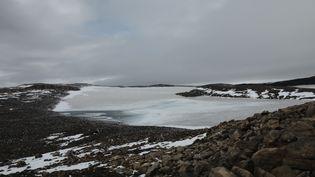 Le sommet du volcan Ok et les traces de ce qui fut autrefois un glacier, en Islande, dimanche 18 août 2019. (MARIE-ADELAIDE SCIGACZ / FRANCEINFO)
