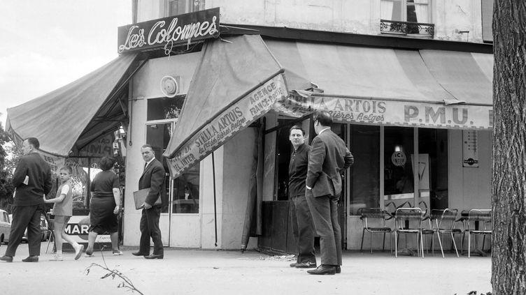 """La vitrine d'un café place de la Nation à Paris, est endommagée le 24 juin 1963 après le passage des fans assistant au """"Festival Johnny Hallyday"""" la veille. (AFP PHOTO)"""