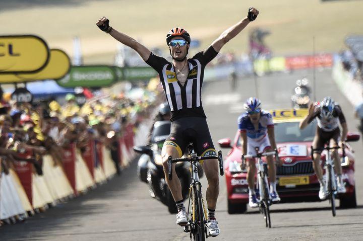 Thibaud Pinot (au deuxième plan) assiste dépité à la victoire de Stephen Cummings, lors de la 14e étape du Tour de France. (ERIC FEFERBERG / AFP)