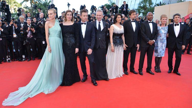Le jury du 65e festival festival de Cannes, présidé par Nanni Moretti (6e à partir de la gauche), réuni au grand complet, le 16 mai 2012. (ALBERTO PIZZOLI / AFP)