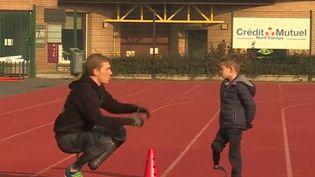 Une association du Pas-de-Calais permet aux enfants amputés de pratiquer un sport. Elle a permis d'équiper une quarantaine d'enfants en deux ans. (FRANCE 3)