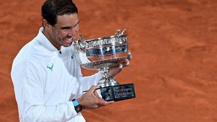 L'Espagnol Rafael Nadal a remporté son treizèmeRoland-Garros, le 11 octobre 2020.  (MARTIN BUREAU / AFP)