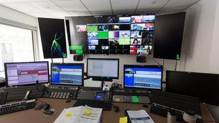 Dans les locaux parisiens de TV5 Monde, peu après le piratage dont la chaîne francophone a été victime, le 9 avril 2015. (GEOFFROY VAN DER HASSELT / AFP)