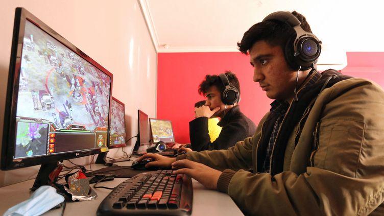 Des joueurs de jeux vidéo dans un cybercafé de Téhéran, le 24 janvier 2021. (ATTA KENARE / AFP)