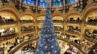 L'arbre de Noël installé au centre du Grand magasin parisien lesGaleries Lafayettele 31 octobre 2012 (BERTRAND GUAY / AFP)