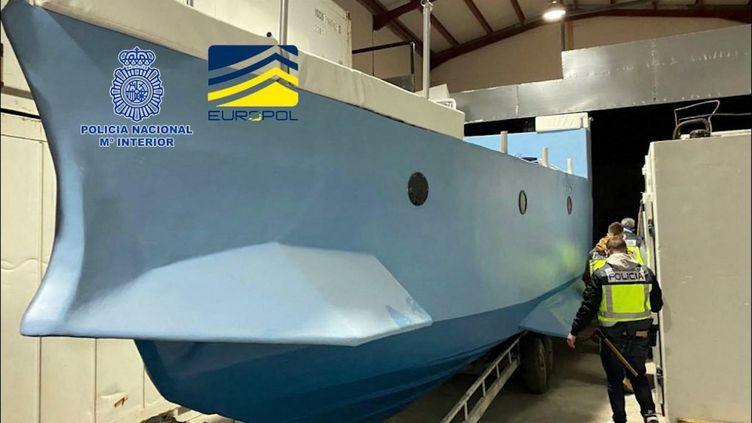 Le sous-marin artisanal de neuf mètres de long fabriqué par des narco-trafiquants, le 15 mars 2021 à Malaga (Espagne). (HANDOUT / EUROPOL / AFP)
