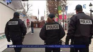 Des policiers en patrouille sur un marché de Noël. (FRANCE 3)