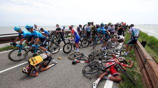 Une chute en milieu de peloton a conduit à la neutralisation temporaire de la 15e étape du Giro, le 23 mai 2021. (LUCA BETTINI / AFP)