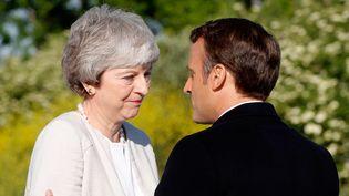 Emmanuel Macron salue Theresa May, le 6 juin 2019, à Ver-sur-Mer (Calvados). (PHILIPPE WOJAZER / AFP)