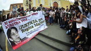 Des journalistes rassemblés à Xalapa (Mexique), un an après l'assassinat de leur consoeur, Regina Martinez, le 28 avril 2013. (SERGIO HERNANDEZ VEGA / AFP)