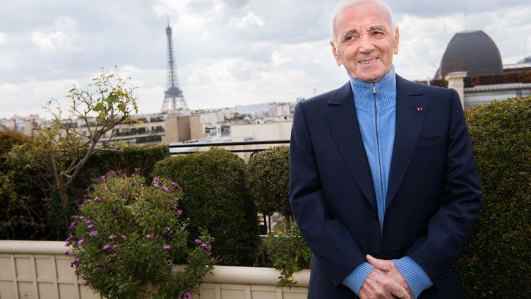 Le chanteur Charles Aznavou pose à l'hôtel Raphael, le 8 mars 2016 à Paris. (BALTEL/SIPA)