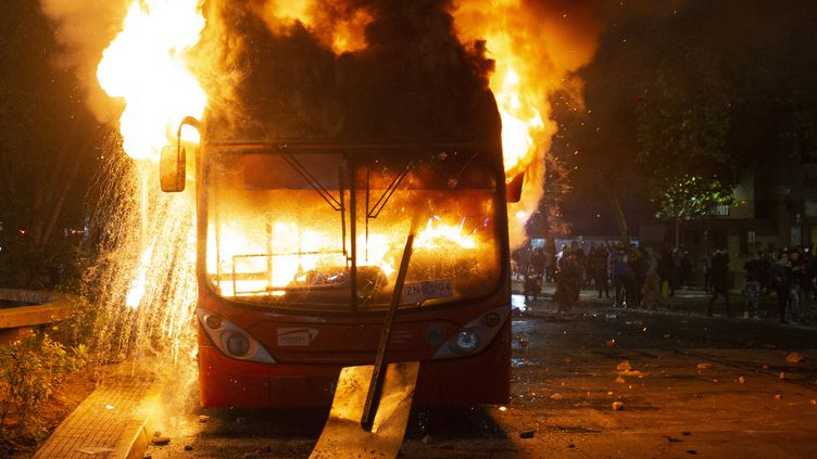 Un autobus incendié à Santiago (Chili), vendredi 18 octobre 2019. (CLAUDIO REYES / AFP)