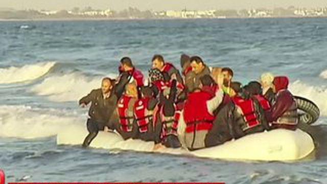 Grèce : des familles de migrants syriens et irakiens débarquent sur l'île touristique de Kos