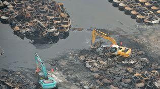 Des machines interviennent jeudi 20 août 2015 sur le site industriel de Tianjin, en Chine, ravagé 8 jours plus tôt par de violentes explosions. (WANG QINGQIN / AFP)
