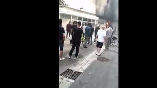 Un incendie s'est déclaré, le mardi1er juin, près d'un immeuble de Seine-Saint-Denis. Le temps que les pompiers arrivent, une dizaine de jeunes ont pris les choses en main. Un geste de secours salué par tous.  (CAPTURE ECRAN FRANCE 3)