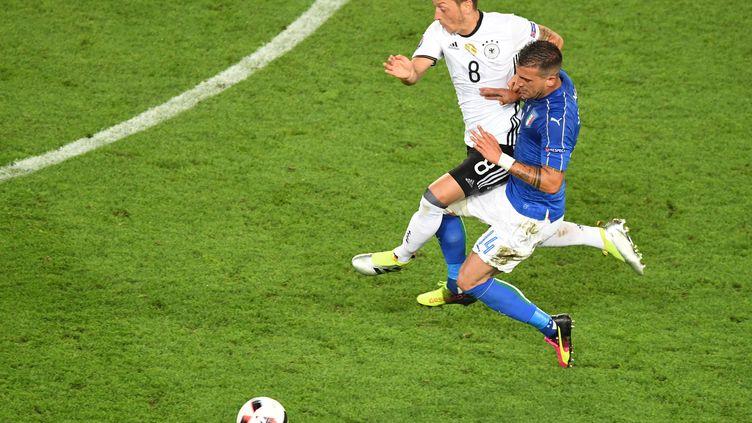 Le milieu de terrain Mezut Özil face à l'Italie, le 2 juillet 2016 à Bordeaux (Gironde) en quarts de finale de l'Euro. (MEHDI FEDOUACH / AFP)