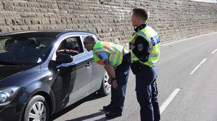Des policiers allemands contrôlent un automobiliste, à la frontière française, lundi 16 mars 2020. (BENJAMIN LISS / DPA / AFP)