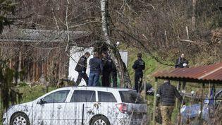 Des gendarmes s'activent à Domessin (Savoie), la commune où vivait Nordahl Lelandais, le 14 février 2018. (PHILIPPE DESMAZES / AFP)